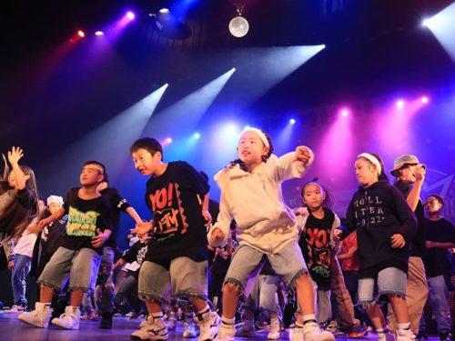 ステージで踊る子供たち